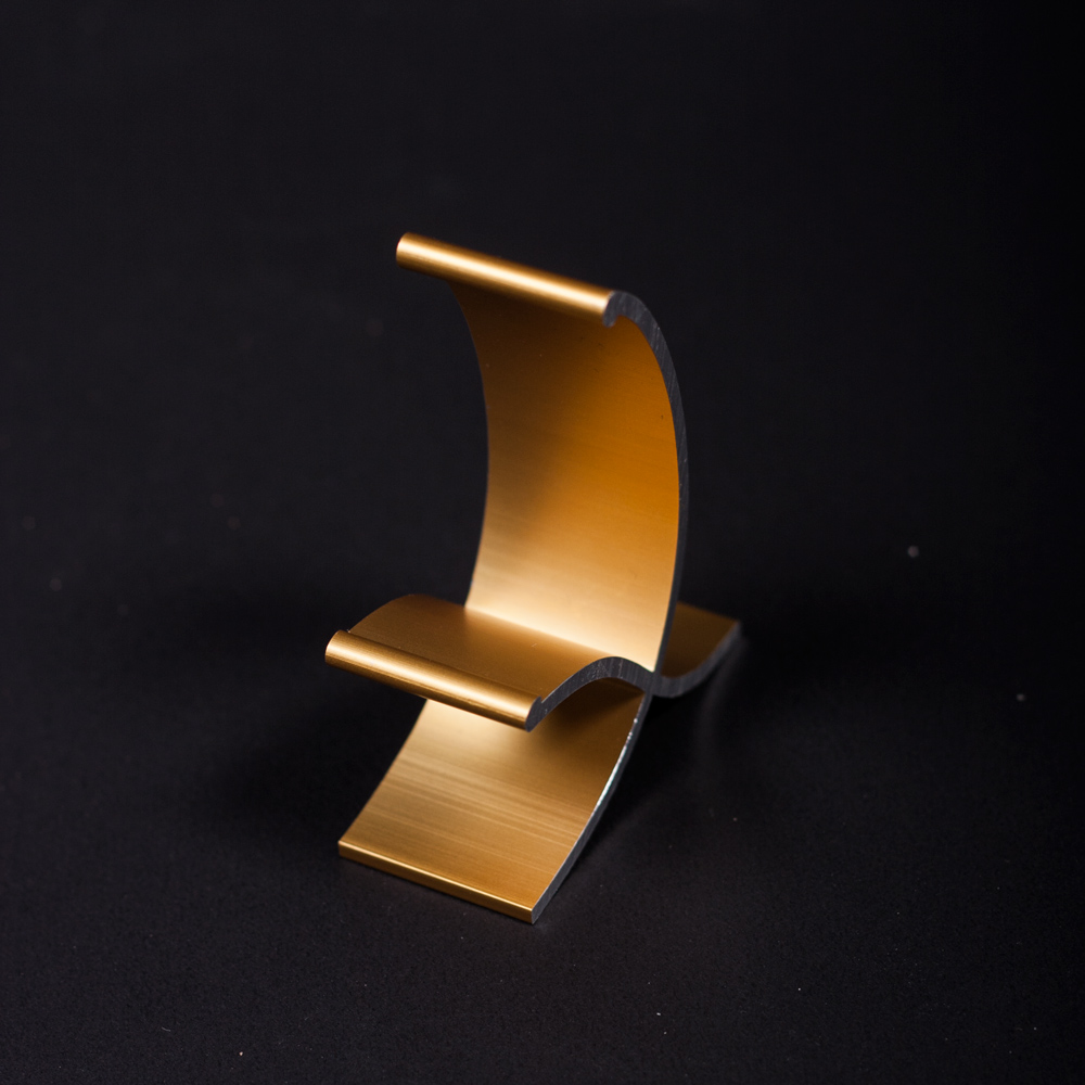 A golden Miestand, ready and able to hold any smartphone or tablet in a very agreeable position.