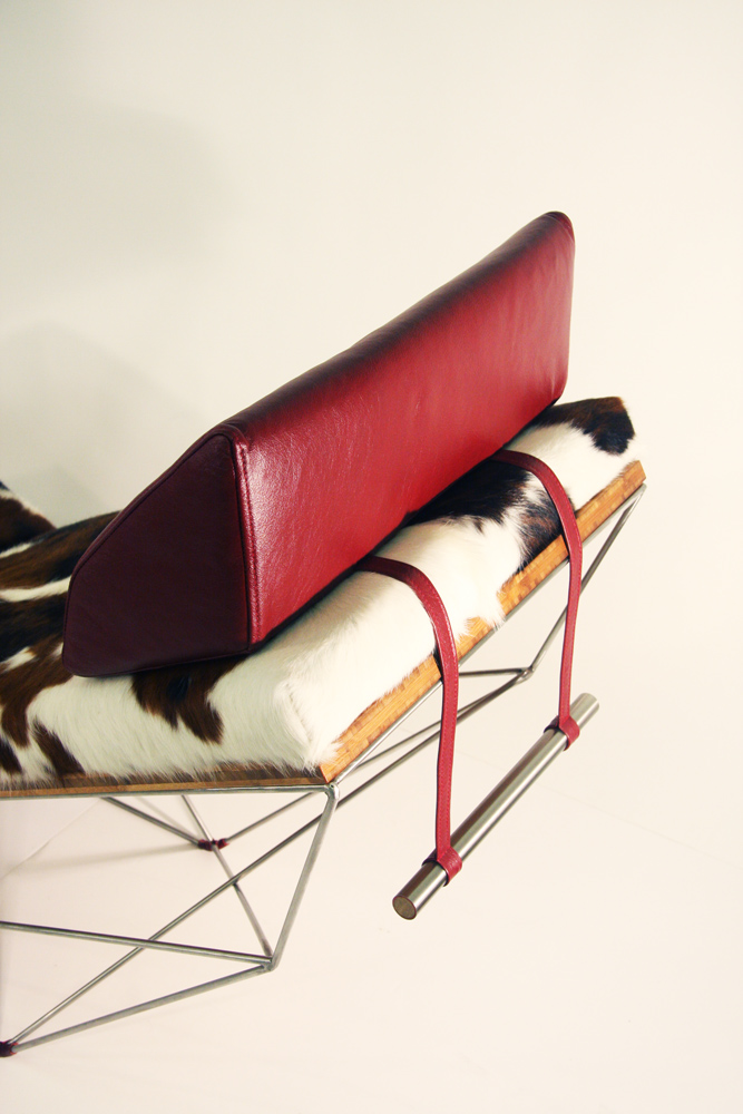 Close-up of the head of the Spaceframe lounger, a look at the head cushion, balanced at the top of the lounger with the clever use of a metal pole, that weighs a lot. The cow cushion looks also looks very luxurious...
